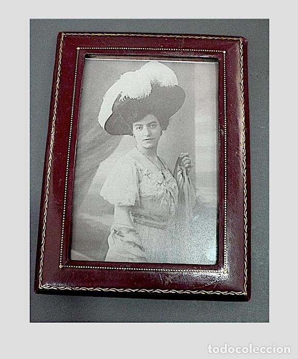PORTAFOTOS ANTIGUO EN PIEL CON EL BORDE EN ORO (Antigüedades - Hogar y Decoración - Portafotos Antiguos)
