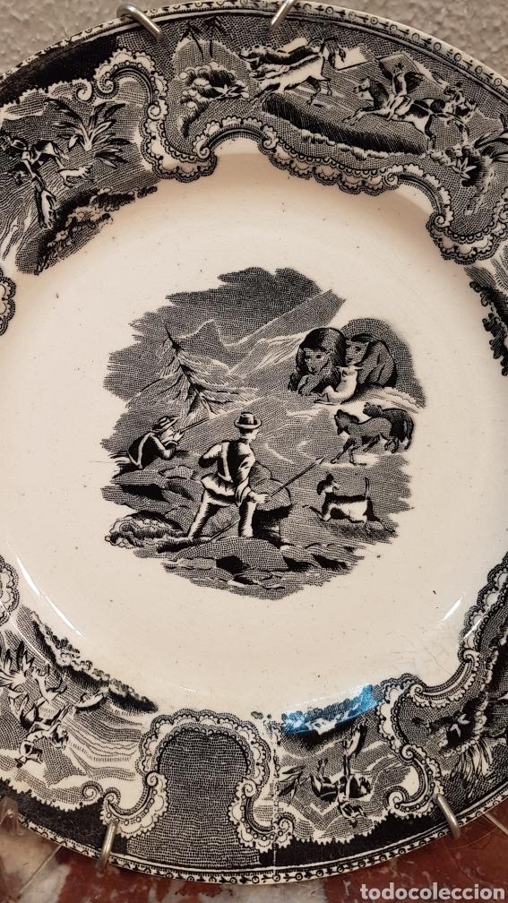 Antigüedades: LOTE DE 2 PLATOS, LA CAZA DEL CIERVO Y LA CAZA DEL LEON CERAMICA DE LA AMISTAD,CARTAGENA. SIGLO XIX - Foto 4 - 170124433