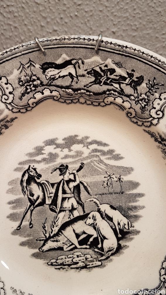 Antigüedades: LOTE DE 2 PLATOS, LA CAZA DEL CIERVO Y LA CAZA DEL LEON CERAMICA DE LA AMISTAD,CARTAGENA. SIGLO XIX - Foto 5 - 170124433
