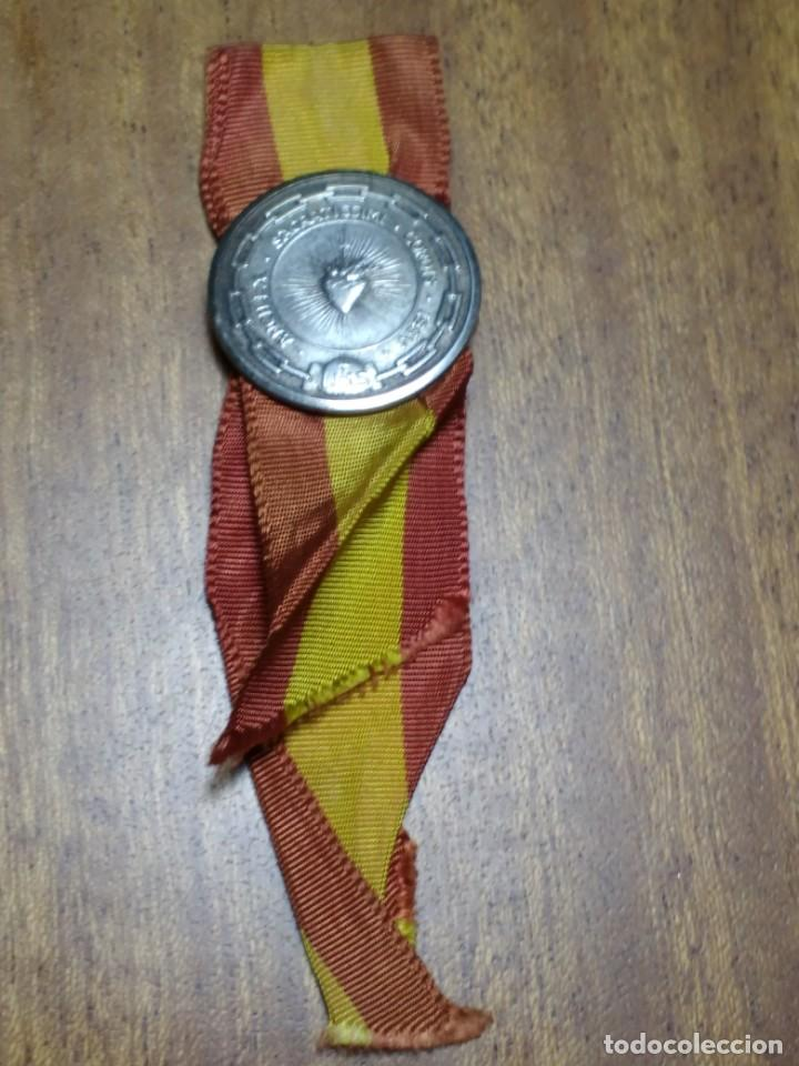 PIN DE AGUJA DE LOS SAGRADOS CORAZONES CON CINTA DE BANDERA ESPAÑOLA (Antigüedades - Religiosas - Varios)