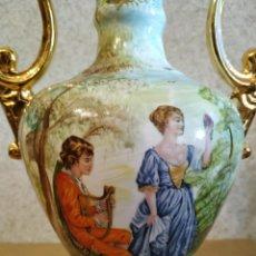 Antigüedades: JARRÓN EN PORCELANA PINTADO A MANO. Lote 170138882