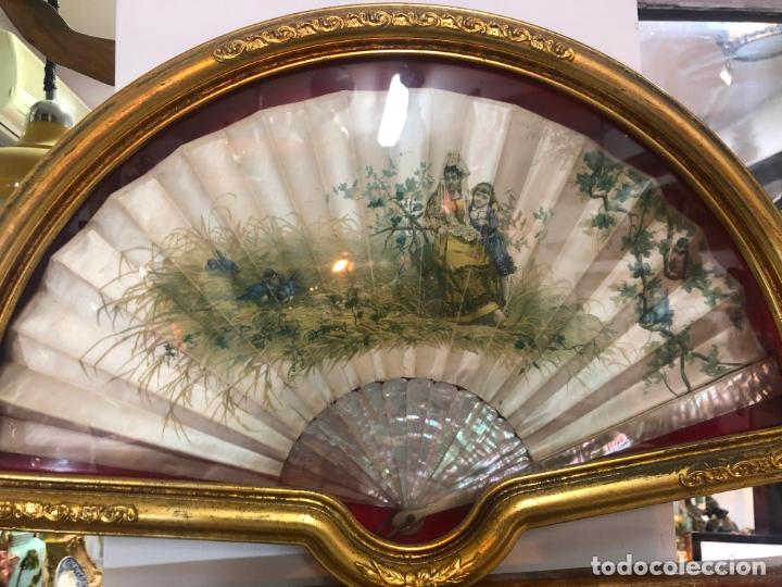 Antigüedades: PRECIOSO ABANICO DE NACAR Y SEDA SIGLO XIX - MEDIDA ABANIQUERA 54X35 CM - Foto 2 - 170192612