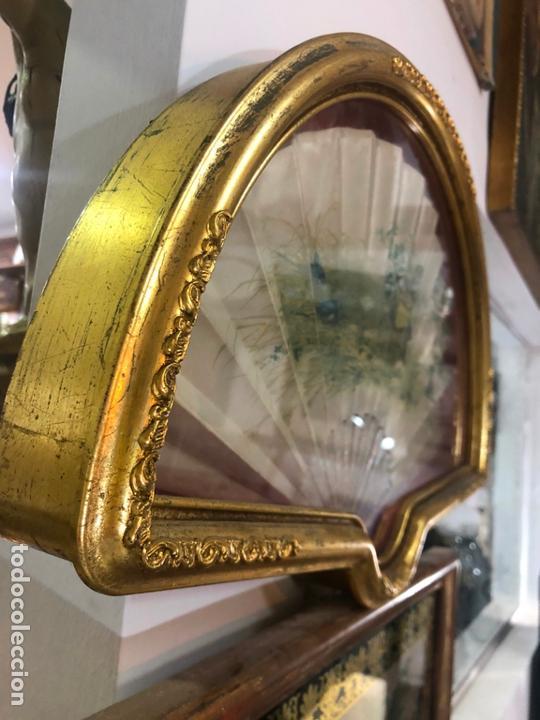 Antigüedades: PRECIOSO ABANICO DE NACAR Y SEDA SIGLO XIX - MEDIDA ABANIQUERA 54X35 CM - Foto 4 - 170192612