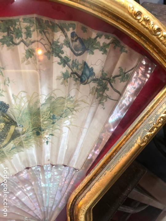 Antigüedades: PRECIOSO ABANICO DE NACAR Y SEDA SIGLO XIX - MEDIDA ABANIQUERA 54X35 CM - Foto 9 - 170192612