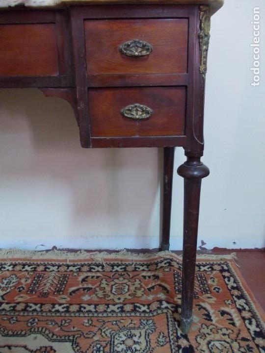 Antigüedades: PRECIOSO Y ANTIGUO TOCADOR DE MADERA DE CAOBA CON ESPEJO EN BRONCE Y TAPA DE MARMOL - Foto 4 - 170212312