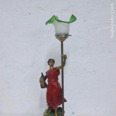Antigüedades: ANTIGUA Y PRECIOSA LAMPARA DE CALAMINA CON FIGURA POLICROMADA ALEGORIA AL TRABAJO. Lote 170213972