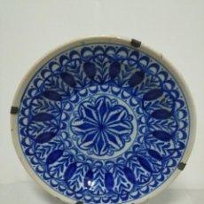 Antigüedades: PRECIOSO PLATO DE MANISES,GEOMETRIAS AZUL PROFUNDO, SIGLO XIX. 31 CM. FIRMADO. Lote 170218996