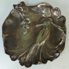 Antigüedades: BANDEJA DE METAL. FIGURA DE UNA JOVEN DONCELLA EN RELIEVE. (CIRCA 1960).. Lote 170263072