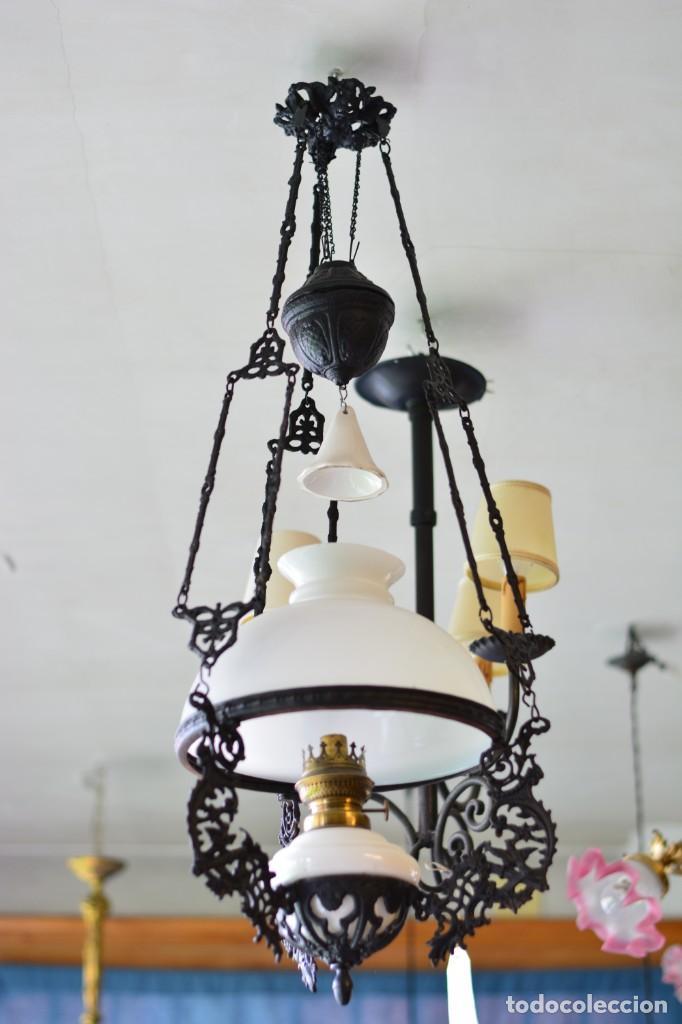 LÁMPARA ANTIGUA DE QUINQUÉ, HIERRO NEGRO DECORADO CON AVES Y GRAN TULIPA BLANCA (Antigüedades - Iluminación - Quinqués Antiguos)