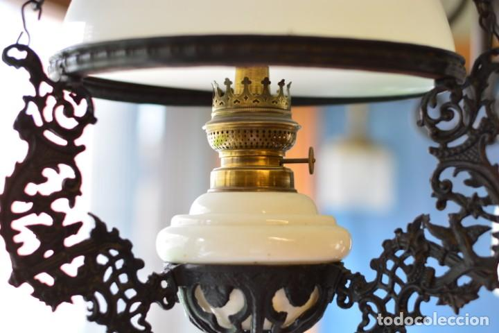 Antigüedades: Lámpara antigua de quinqué, hierro negro decorado con aves y gran tulipa blanca - Foto 2 - 170297496