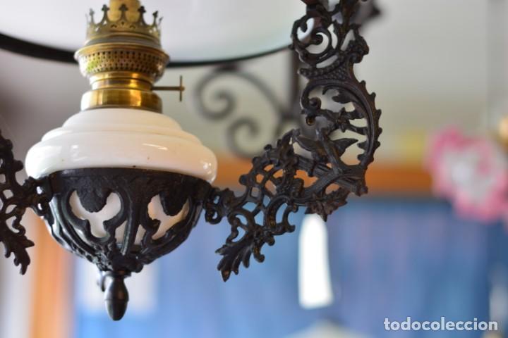 Antigüedades: Lámpara antigua de quinqué, hierro negro decorado con aves y gran tulipa blanca - Foto 5 - 170297496