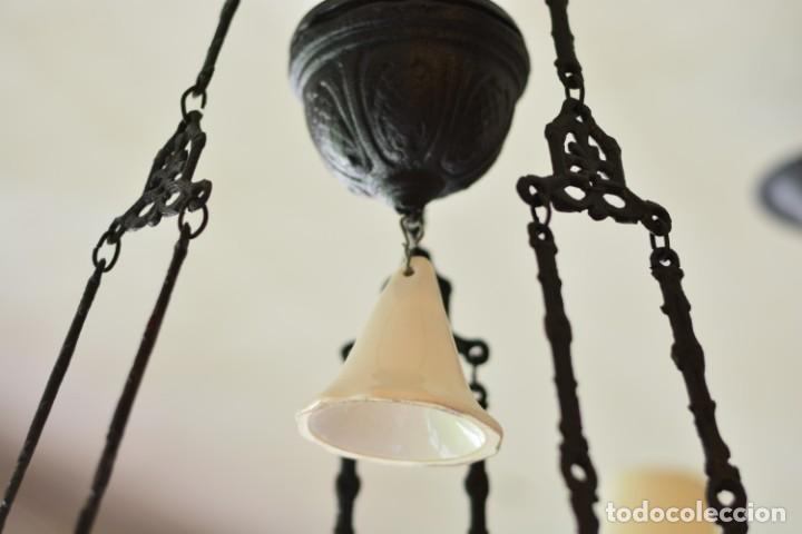 Antigüedades: Lámpara antigua de quinqué, hierro negro decorado con aves y gran tulipa blanca - Foto 6 - 170297496