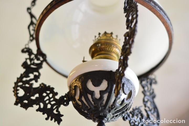 Antigüedades: Lámpara antigua de quinqué, hierro negro decorado con aves y gran tulipa blanca - Foto 8 - 170297496