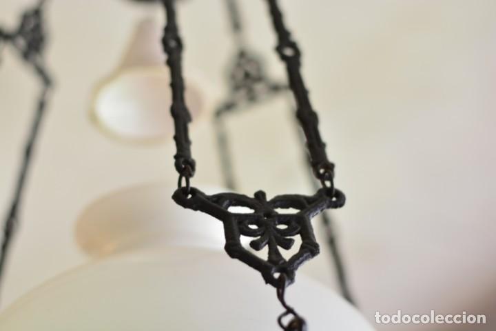 Antigüedades: Lámpara antigua de quinqué, hierro negro decorado con aves y gran tulipa blanca - Foto 11 - 170297496