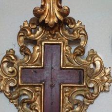 Antigüedades: CRUZ EN MADERA TALLADA Y ORO FINO DEL SIGLO XIX. Lote 170319544
