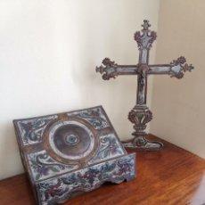 Antigüedades: JUEGO DE ATRIL Y CRUZ DE LATÓN SOBRE MADERA. Lote 170333924