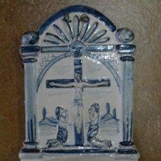 Antigüedades: BENDITERA DE PORCELANA CATALANA CRUZ. Lote 170348524