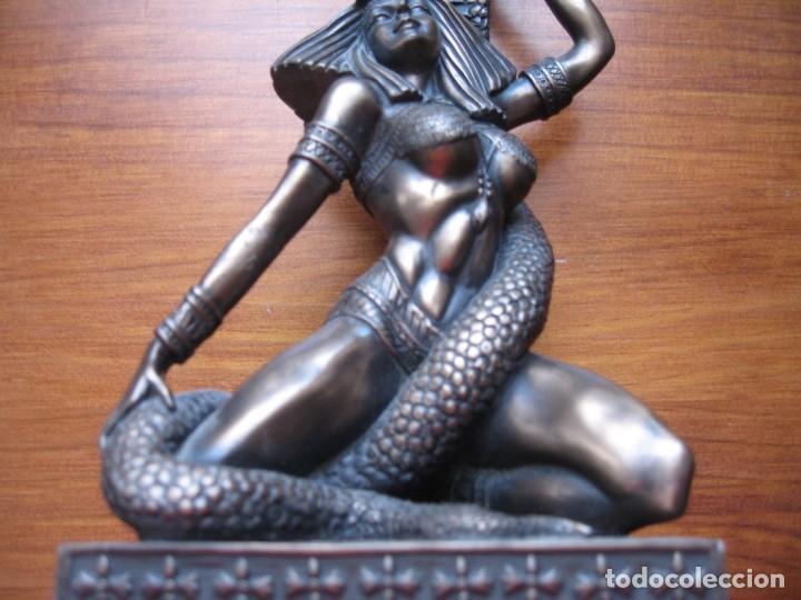 Antigüedades: DIOSA Y SERPIERTE PORTAVELAS EN RESINA IMITACION ABRONCE - Foto 3 - 170351208