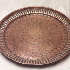 Antigüedades: ANTIGUA BANDEJA DE COBRE REPUJADO CINCELADO 32CM. Lote 170354808
