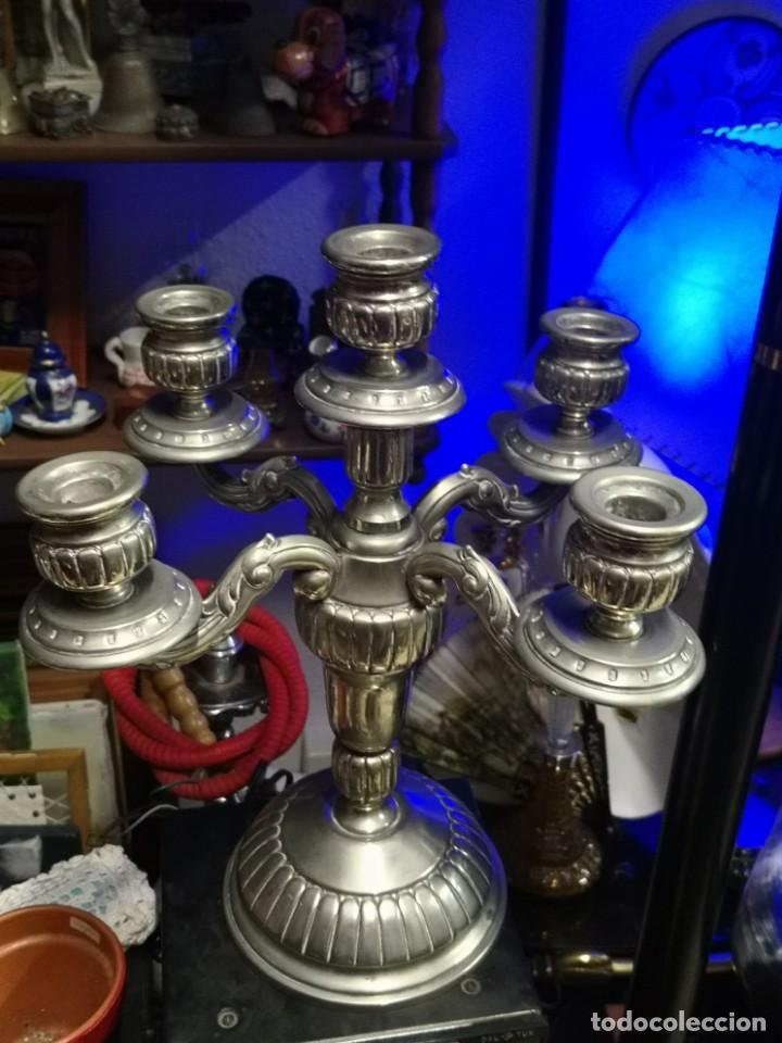 PRECIOSO CANDELABRO PORTAVELAS CINCELADO CINCO BRAZOS EN ALPACA. 35CM DE ALTURA (Antigüedades - Iluminación - Candelabros Antiguos)