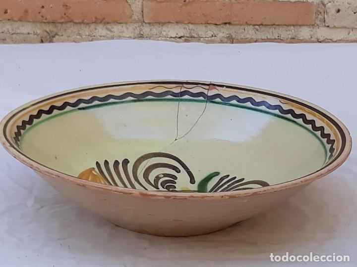 Antigüedades: CUENCO GRANDE ANTIGUO EN CERAMICA PINTADA Y VIDRIADA DE PUENTE DEL ARZOBISPO ( TOLEDO ) - Foto 2 - 170433732
