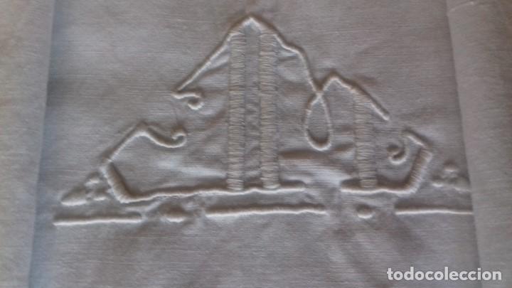 Antigüedades: ANTIGUA SABANA CON INICIALES BORDADAS, VAINICA Y PUNTAS DE CROCHET. TODO HECHO A MANO. - Foto 3 - 170436452