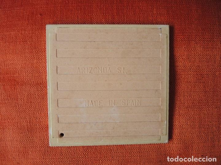 Antigüedades: LOTE 2 AZULEJOS CON RECORTES DECORATIVOS / ARIZONDA, S.L. / A PARTIR 1967 - Foto 4 - 170437436