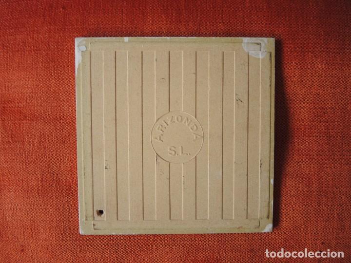 Antigüedades: LOTE 2 AZULEJOS CON RECORTES DECORATIVOS / ARIZONDA, S.L. / A PARTIR 1967 - Foto 6 - 170437436