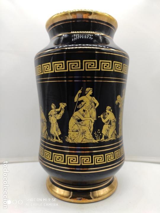 Antigüedades: Excelente jarron antiguo en porcelana elaborado en grecia y pintado en oro de 24 quilates. - Foto 2 - 170438948