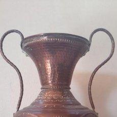 Antigüedades: VASIJA ANTIGUA, DE COBRE REPUJADO. Lote 170515516
