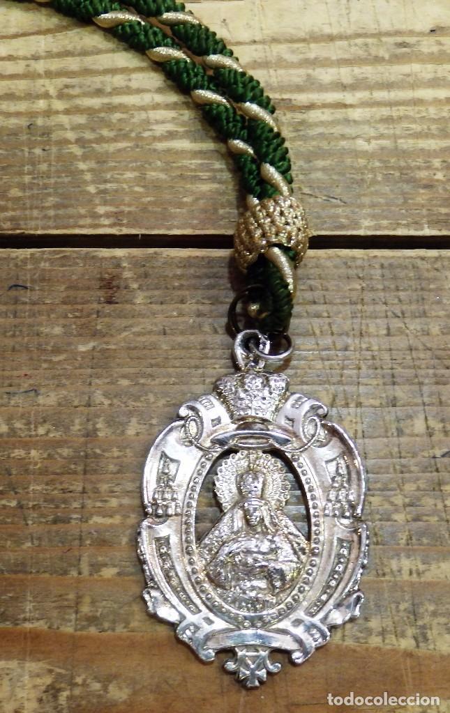 SEMANA SANTA SEVILLA, MEDALLA CON CORDON HERMANDAD DE LA MACARENA (Antigüedades - Religiosas - Medallas Antiguas)