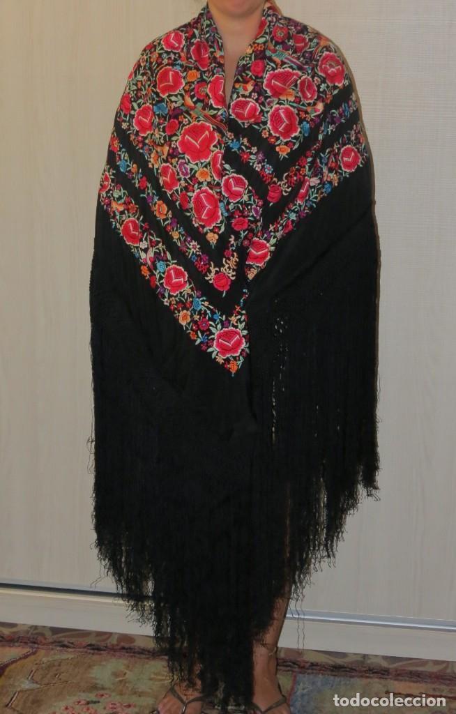 Antigüedades: Antiguo Mantón de Manila de seda, bordado a mano y flecos. - Foto 2 - 170541908