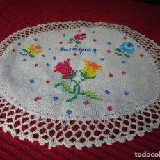 Antigüedades: TAPETE BORDADO A MANO Y REMATE A GANCHILLO.PONE PARAGUAY. Lote 170542276