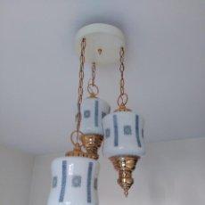 Antigüedades: ANTIGUA LAMPARA DE LOS AÑOS 30, CON TRES TULIPAS EN OPALINA. Lote 170543652