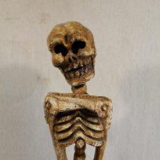 Antigüedades: FIGURA ESQUELETO EN MADERA TALLADA A MANO. Lote 170576025