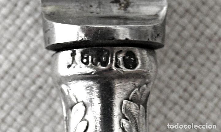 Antigüedades: DOS CUCHILLOS CON EL MANGO EN PLATA DE LEY 800 CONTRASTADA 21 CM LARGO.VER FOTOS Y DESCRIPCION - Foto 4 - 170580170