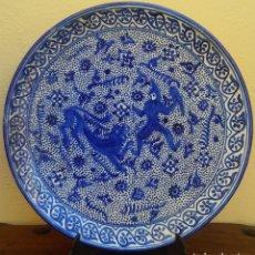 Antiquités: MAGNÍFICO PLATO DE CERAMICA ESMALTADA PINTADO EN AZUL COBALTO, SAN JORGE LUCHANDO CON DRAGÓN, 37 CM. Lote 170739745