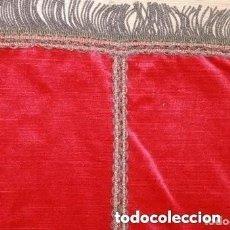 Antigüedades: CAMINO DE MESA CON FLECOS METALICOS CON HILO COLOR ORO . Lote 170848865