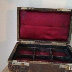 Antigüedades: ANTIGUA CAJA DE DINEIRO DE VENDEDOR HECHA DE MADERA FORADA A PIEL POR DENTRO A TECIDO ANOS 30,40. Lote 170882075