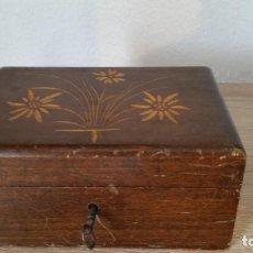 Antigüedades: ANTIGUA CAJA HECHA DE MADERA COM FLORITAS EN RELIEVO LA CHABE FONCIONA PERFECTO ANOSO 50,60. Lote 170882490