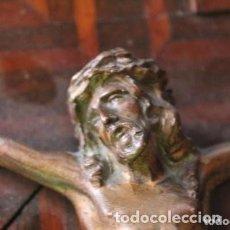Antigüedades: CRUCIFIJO DE MADERA PARA RESTAURAR Y EL JESUS DE BRONCE ESTA PERFECTO S. XX . Lote 170890245