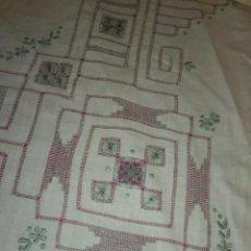 Antigüedades: MANTEL BORDADO A MANO. Lote 170891450