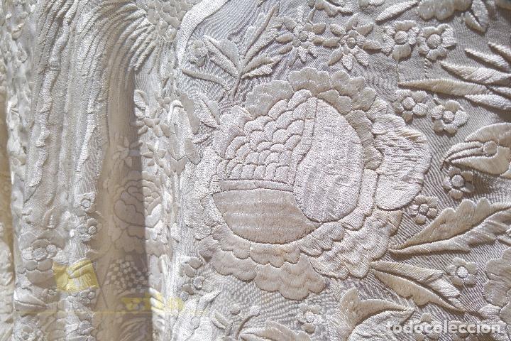 Antigüedades: Mantón antiguo bordado a mano con motivos de naturaleza - Foto 9 - 170923360