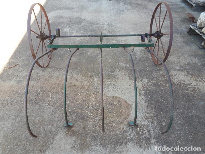 Antigüedades: Apero antiguo para dar vuelta la hierva o el trigo. Es de hierro. - Foto 3 - 170930875