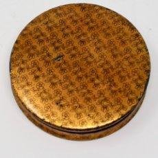 Antigüedades: SNUFF BOX DE PAPEL MACHE EN DORADO CON ESTAMPADO EN FLORES, 9 CM DE DIAMETRO.. Lote 85732192