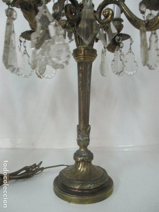 Antigüedades: Preciosa Pareja de Candelabros - Candelabro en Bronce Cincelado y Cristal - 5 Luces - 59 cm Altura - Foto 4 - 170953978