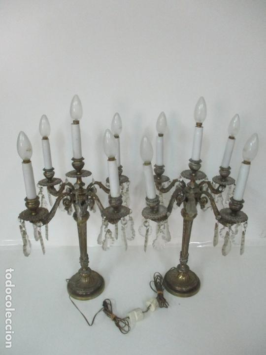Antigüedades: Preciosa Pareja de Candelabros - Candelabro en Bronce Cincelado y Cristal - 5 Luces - 59 cm Altura - Foto 15 - 170953978