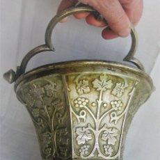 Antigüedades: ACETRE EN PLATA CON SIMBOLOGIA RELIGIOSA. Lote 199037421