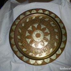 Antigüedades: DECORATIVO PLATO DE LATON CON ADORNOS EN COBRE .MIDE 39,5. Lote 223982572