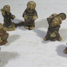 Antigüedades: GRUPO 6 MONJES TENISTAS. MARFILINA. 6 A 9 CM. 1996. Lote 170969034